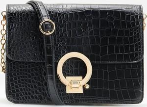 Czarna torebka Reserved lakierowana na ramię