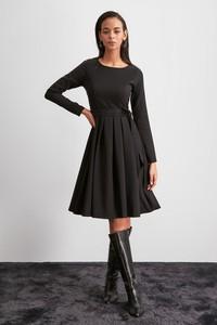 Sukienka Trendyol rozkloszowana z długim rękawem z okrągłym dekoltem