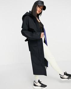 Czarny płaszcz Nike z tkaniny