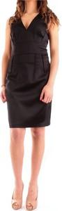 Czarna sukienka Guess z dekoltem w kształcie litery v z tkaniny