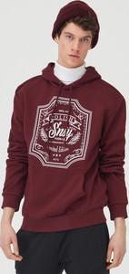 Czerwona bluza Sinsay z nadrukiem w młodzieżowym stylu