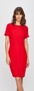 Czerwona sukienka Morgan ołówkowa z tkaniny z okrągłym dekoltem