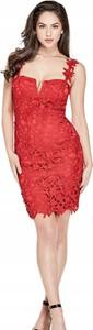 Czerwona sukienka Guess ołówkowa z dekoltem w kształcie litery v