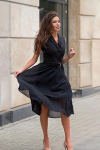Czarna sukienka Ivet.pl z dekoltem w kształcie litery v