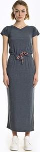 Granatowa sukienka Gate w stylu casual z dekoltem w kształcie litery v z krótkim rękawem