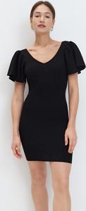 Czarna sukienka Mohito z krótkim rękawem dopasowana z dekoltem w kształcie litery v