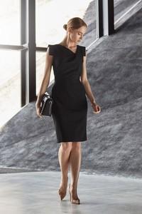 Sukienka Style midi z asymetrycznym dekoltem ołówkowa