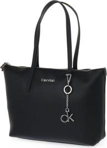 Torebka Calvin Klein duża matowa w wakacyjnym stylu