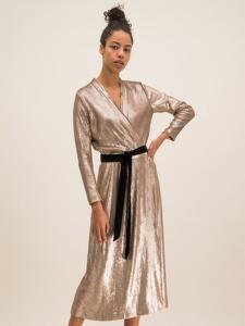 Złota sukienka Luisa Spagnoli z dekoltem w kształcie litery v z długim rękawem