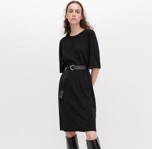 Czarna sukienka Reserved w stylu casual z okrągłym dekoltem z długim rękawem