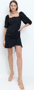 Czarna sukienka Mohito z krótkim rękawem z dekoltem w kształcie litery v mini