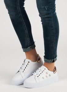Buty sportowe Czasnabuty sznurowane z płaską podeszwą w sportowym stylu