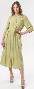 Zielona sukienka born2be z dekoltem w kształcie litery v w stylu casual