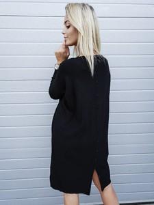 Granatowa sukienka butiklatika.pl z długim rękawem midi z okrągłym dekoltem