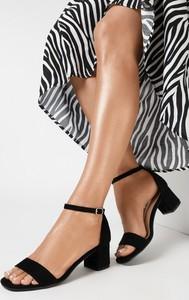 Czarne sandały born2be na obcasie na średnim obcasie
