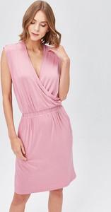 Różowa sukienka FEMESTAGE Eva Minge z dekoltem w kształcie litery v bez rękawów mini