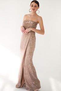 Sukienka Gosia Baczyńska z dekoltem w kształcie litery v