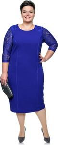 Niebieska sukienka modneduzerozmiary.pl z długim rękawem midi