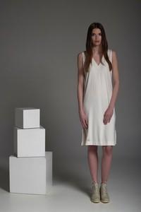 Sukienka NIMT z dekoltem w kształcie litery v