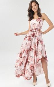 Różowa sukienka born2be w stylu boho na ramiączkach