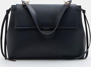 Czarna torebka Mohito średnia na ramię matowa