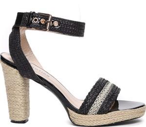 Czarne sandały Royalfashion.pl w stylu casual na słupku z klamrami