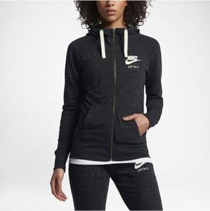 Czarna bluza Nike w sportowym stylu krótka