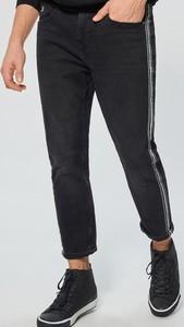 Czarne jeansy Cropp w street stylu z jeansu