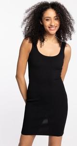 Czarna sukienka Guess dopasowana z okrągłym dekoltem mini