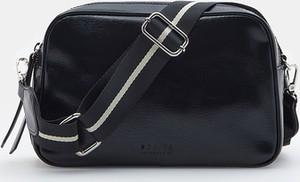 Czarna torebka Mohito lakierowana w stylu glamour