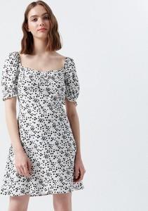 Sukienka Cropp z okrągłym dekoltem z krótkim rękawem w stylu casual