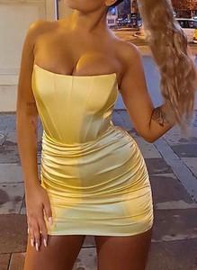 Żółta sukienka Arilook na ramiączkach z dekoltem w kształcie litery v mini
