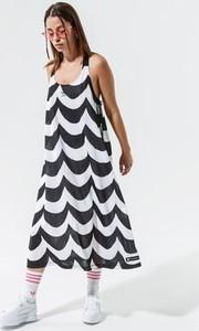 Sukienka Adidas z dekoltem w kształcie litery v maxi w sportowym stylu