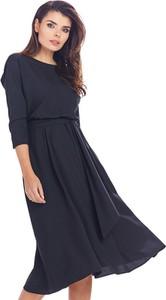 Czarna sukienka Awama midi w stylu casual z okrągłym dekoltem