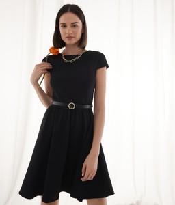 Czarna sukienka Mohito z okrągłym dekoltem z krótkim rękawem