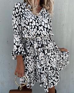 Sukienka Kendallme z dekoltem w kształcie litery v mini z długim rękawem