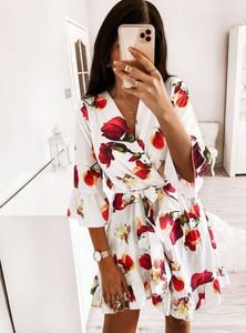 Sukienka Pakuten z dekoltem w kształcie litery v z długim rękawem w stylu casual