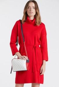 Czerwona torebka Monnari na ramię w wakacyjnym stylu