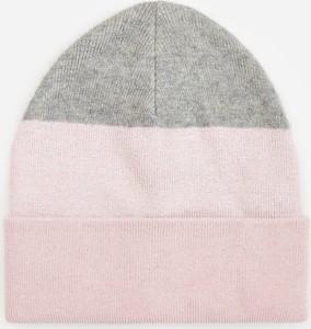 Różowa czapka Reserved w paseczki
