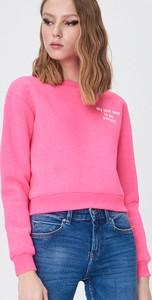 Różowa bluza Sinsay w młodzieżowym stylu krótka