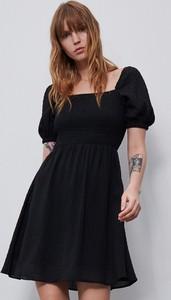 Czarna sukienka Reserved rozkloszowana z krótkim rękawem mini