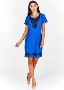 Niebieska sukienka Fokus z krótkim rękawem z tkaniny dopasowana