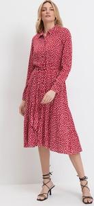 Czerwona sukienka Mohito midi z długim rękawem z kołnierzykiem