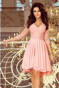 Różowa sukienka NUMOCO rozkloszowana z dekoltem w kształcie litery v