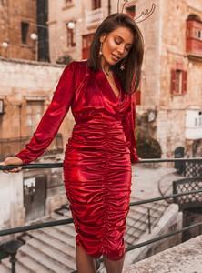 Czerwona sukienka SELFIEROOM z dekoltem w kształcie litery v z długim rękawem