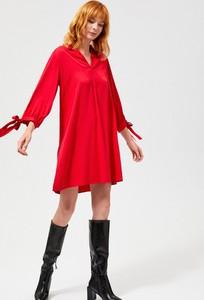Czerwona sukienka Moodo z dekoltem w kształcie litery v oversize z długim rękawem