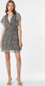 Czarna sukienka Guess z dekoltem w kształcie litery v z krótkim rękawem mini