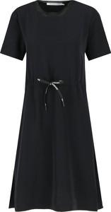 Sukienka Calvin Klein z okrągłym dekoltem z krótkim rękawem