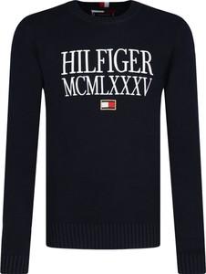Czarny sweter Tommy Hilfiger w młodzieżowym stylu