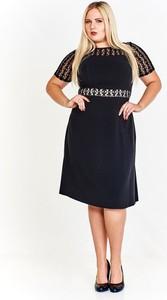 Granatowa sukienka Fokus z krótkim rękawem z okrągłym dekoltem midi